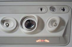 Прикрепите ремень безопасности подпишите внутри самолет стоковая фотография