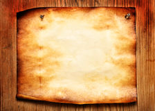 прикрепленная старая бумага к стене деревянной Стоковые Фотографии RF