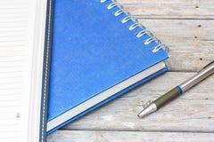 прикрепленная белизна штыря бумаги примечания предпосылки красная Стоковые Фото