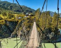 Прикрепленный на петлях мост над рекой Стоковое Изображение RF