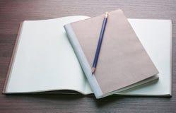 Прикройте открытые книгу и карандаш Стоковое Изображение
