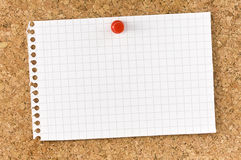 Прикройте приданный квадратную форму Pushpin пробковой доски примечания Стоковая Фотография RF