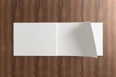 Прикройте раскрытый каталог на деревянной предпосылке Стоковое Изображение RF