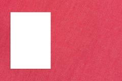 Прикройте сложенную бумажную смертную казнь через повешение на стене ткани, насмешку плаката шаблона вверх Стоковая Фотография RF