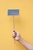 прикройте удерживание руки мелка доски Стоковое Фото