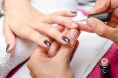 прикладывать женщину заполированности пинка ногтя Стоковое фото RF