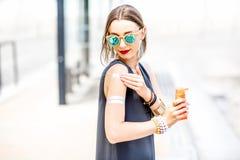 прикладывать женщину солнцезащитного крема лосьона стоковые фотографии rf