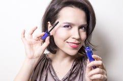 прикладывать женщину mascara Стоковые Изображения