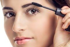 прикладывать женщину mascara Стоковые Фото