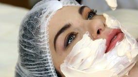 Прикладывать лицевую маску на стороне женщины сток-видео