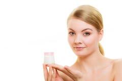прикладывать политуру кожи внимательности прозрачную Девушка прикладывая moisturizing сливк Стоковая Фотография RF