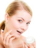 прикладывать политуру кожи внимательности прозрачную Девушка прикладывая moisturizing сливк Стоковое Фото