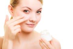 прикладывать политуру кожи внимательности прозрачную Девушка прикладывая moisturizing сливк Стоковое фото RF