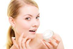прикладывать политуру кожи внимательности прозрачную Девушка прикладывая moisturizing сливк Стоковые Фотографии RF