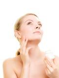 прикладывать политуру кожи внимательности прозрачную Девушка прикладывая moisturizing сливк Стоковые Изображения RF