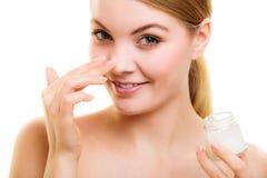 прикладывать политуру кожи внимательности прозрачную Девушка прикладывая moisturizing сливк Стоковое Изображение RF
