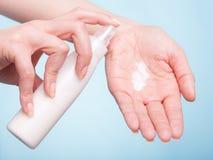 прикладывать политуру кожи внимательности прозрачную Женские ладони с moisturizing сливк Стоковые Изображения
