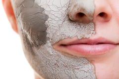 прикладывать политуру кожи внимательности прозрачную Женщина прикладывая маску глины на стороне Курорт стоковая фотография