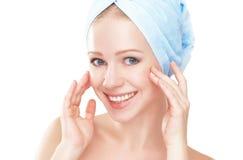 прикладывать политуру кожи внимательности прозрачную молодая красивая здоровая девушка в полотенце в ванной комнате Стоковое Фото