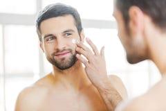 прикладывать политуру кожи внимательности прозрачную Стоковая Фотография RF