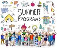 Приключение лагеря детей лета исследует концепцию Стоковые Изображения