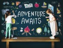 Приключение лагеря детей лета исследует концепцию стоковые фото