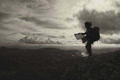 Приключение женщины силуэта раскрывает пребывание карты на горе, adv Стоковые Изображения