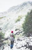 Приключение образа жизни перемещения Backpacker взбираясь Стоковые Изображения