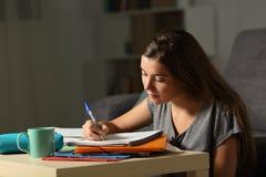 Прилежный студент делая часы домашней работы последние в ноче Стоковое Изображение