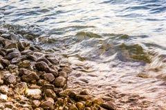 Приливная волна на пляже стоковое фото