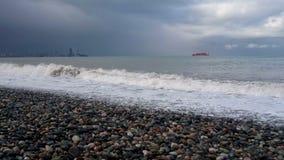 Приливная скважина на каменистом береге моря камешка видеоматериал