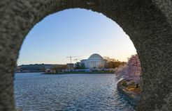 Приливный таз с мемориалом Jefferson как осмотрено через отверстие моста входа на приводе Огайо, DC Вашингтона стоковое изображение