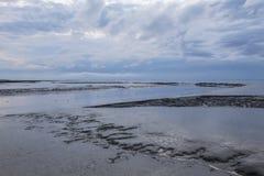 Приливы воды на голландском береге моря стоковые фотографии rf