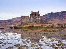 Приливы в озере на Eilean Donan рокируют, Шотландия Популярный каменистый мост стоковая фотография