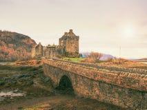 Приливы в озере на Eilean Donan рокируют, Шотландия Популярный каменистый мост стоковые изображения