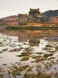 Приливы в озере на Eilean Donan рокируют, Шотландия Популярный каменистый мост стоковое изображение