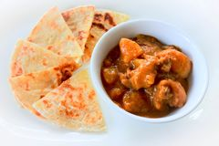 Приложите еду между индийским и тайским, карри с зажаренной мукой ro-ti стоковые изображения