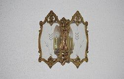 Приложите золотое на стене 2 электрических лампочек стоковое изображение