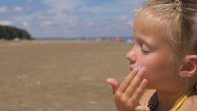 Приложите солнцезащитный крем к стороне и телу Стоковые Фотографии RF