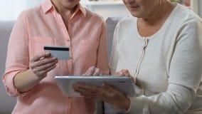 Применение взрослой матери показа дочери старой легкое для общего назначения оплаты на планшете видеоматериал