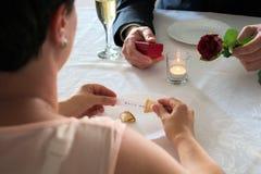 Применение замужества на обедающем с печеньем с предсказанием стоковое изображение rf