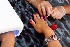Применение и засыхание в ногте gel прибор засыхания Стоковая Фотография