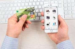 Применение магазина Яблока на дисплее прибора iPhone 6 Стоковые Изображения