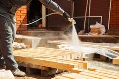 Применение пламени - retardant обеспечивающ защиту от огня, безвоздушный распыляя прибор Стоковые Изображения
