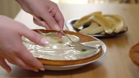 Применение сконденсированного молока на испеченных тортах сток-видео