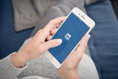 Применение LinkedIn на экране Яблока Iphone 8 добавочного Стоковые Фото