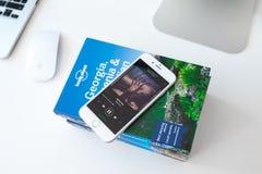 Применение Spotify в экране мобильного телефона стоковые фотографии rf