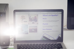 Применение Spotify на экране компьтер-книжки Яблока стоковое фото rf
