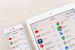 Применения Google на дисплее iphone и ipad Стоковое Фото