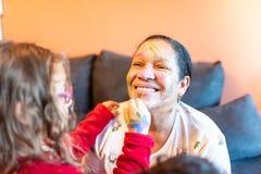 Применяться детей составляет к бабушке стоковые изображения